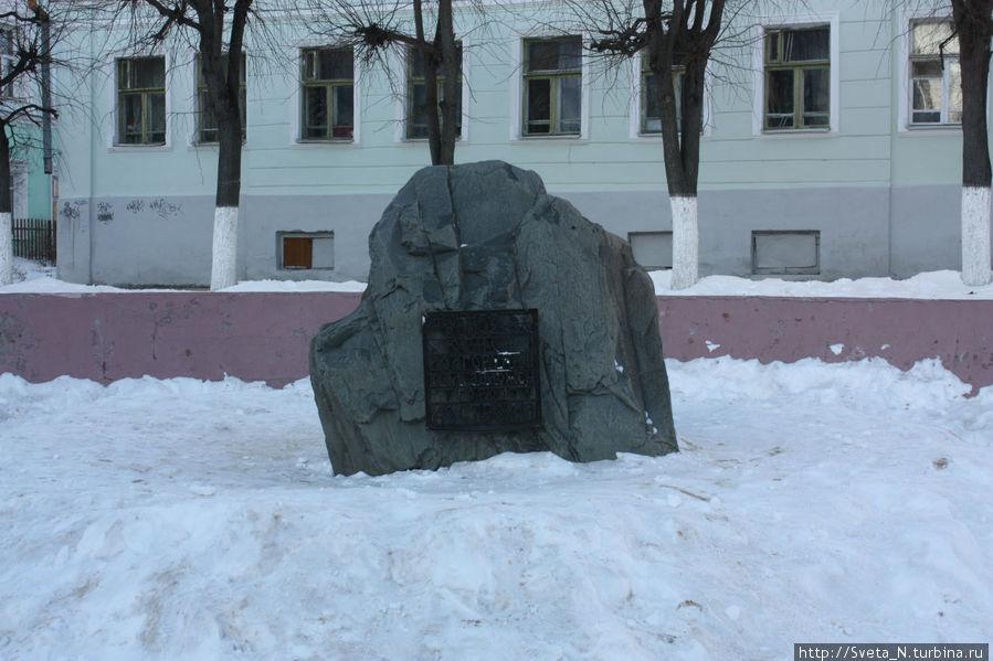 Камень в честь заложения города Кострома