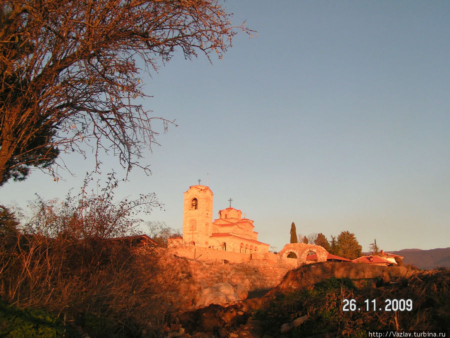 Вид на церковь и зону раскопок