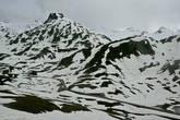 Поднимаемся еще выше, на сам перевал. Высота — 2000 метров, температура падает до +2 градусов.