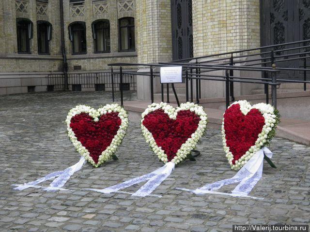 В память о жертвах теракта, который потряс Норвегию.