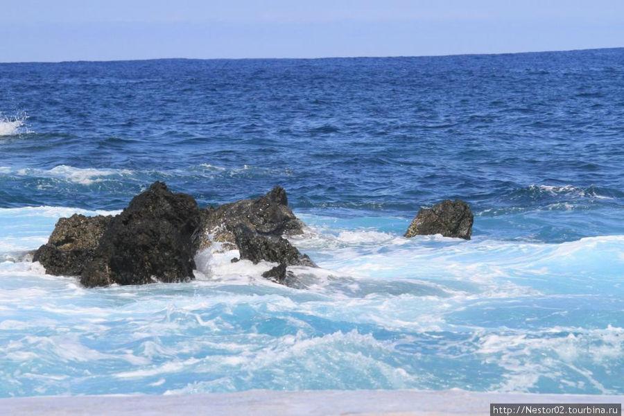 Порту Мониш. Угасшая волна в басейне в океане.