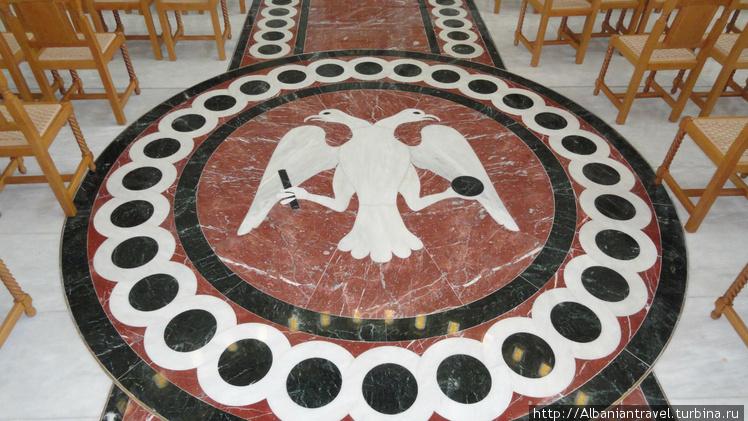 Мозаика пола в центре зра