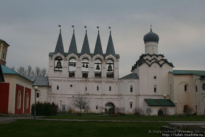 трехъярусная пятишатровая ЗВОННИЦА – «часозвоня». Возведение звонницы происходило в период постройки каменных стен Смоленской крепости (1596–1602 гг.) и завершено в 1600 году.