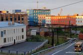 Дудинка — небольшой городок. Это центр. А портовые краны отлично видны за домами.