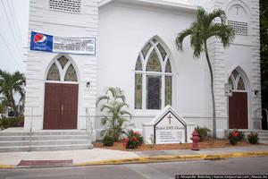 Если же уйти от туристов совсем — люди живут обычной своей жизнью, как и везде. Пепси спонсирует церковь..