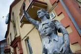 Еще одна отремонтированная сталинка. Во двор кто-то притащил каменную женщину с пионером. Женщинам машет рукой. Наверное, прощается с советским союзом.