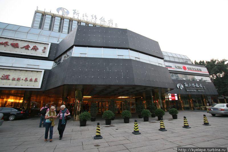 Внешний вид (неудачное фото — отель стоит на узкой улице, снять трудно)