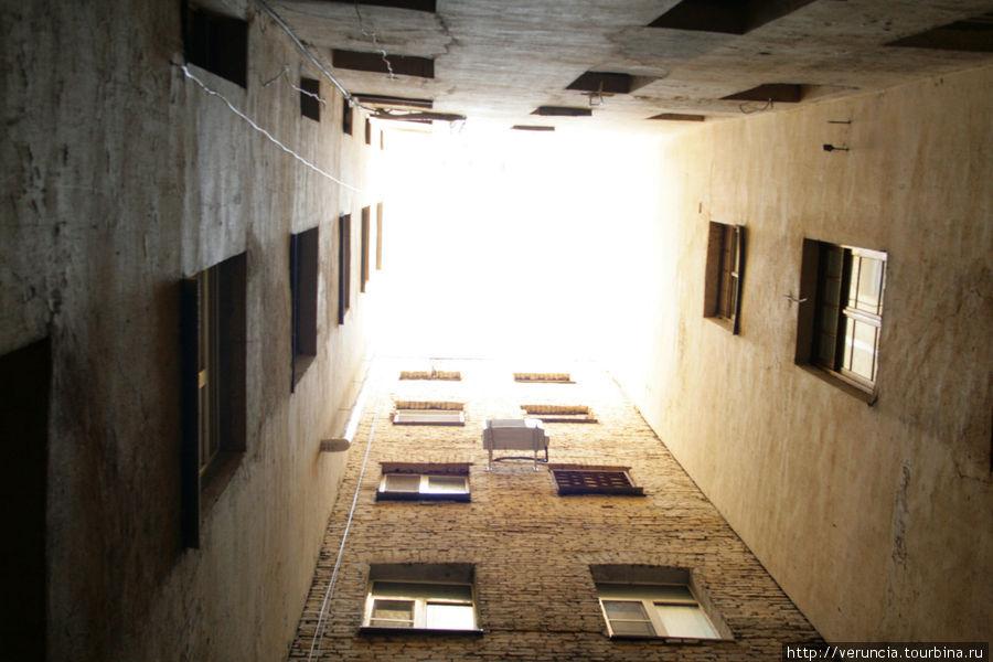 Глухой колодец с окнами кухонь на Таврической 5