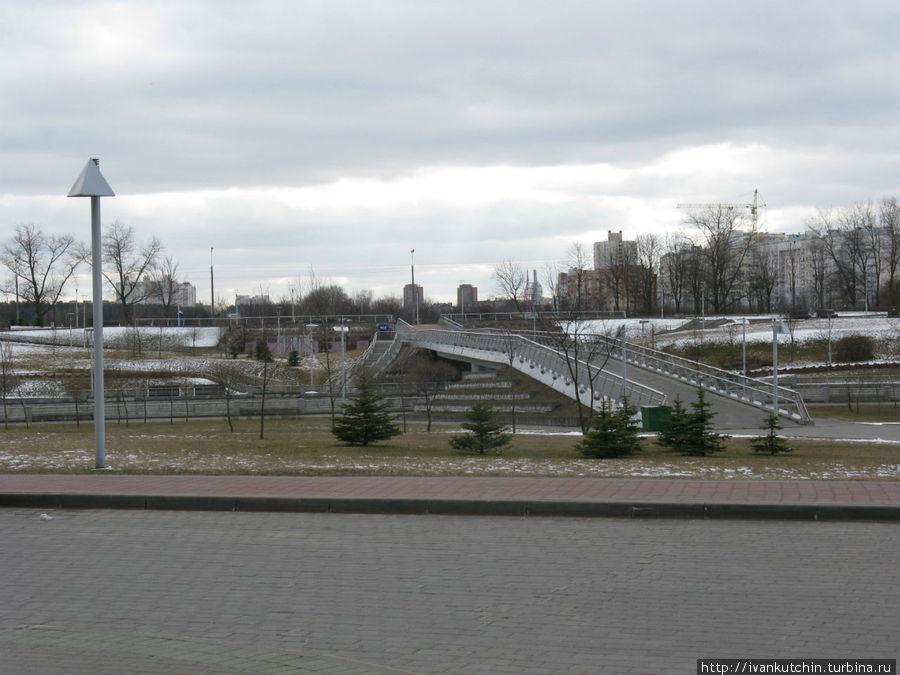 Территория вокруг библиотеки весьма ухожена, впрочем, как и везде в Беларуси