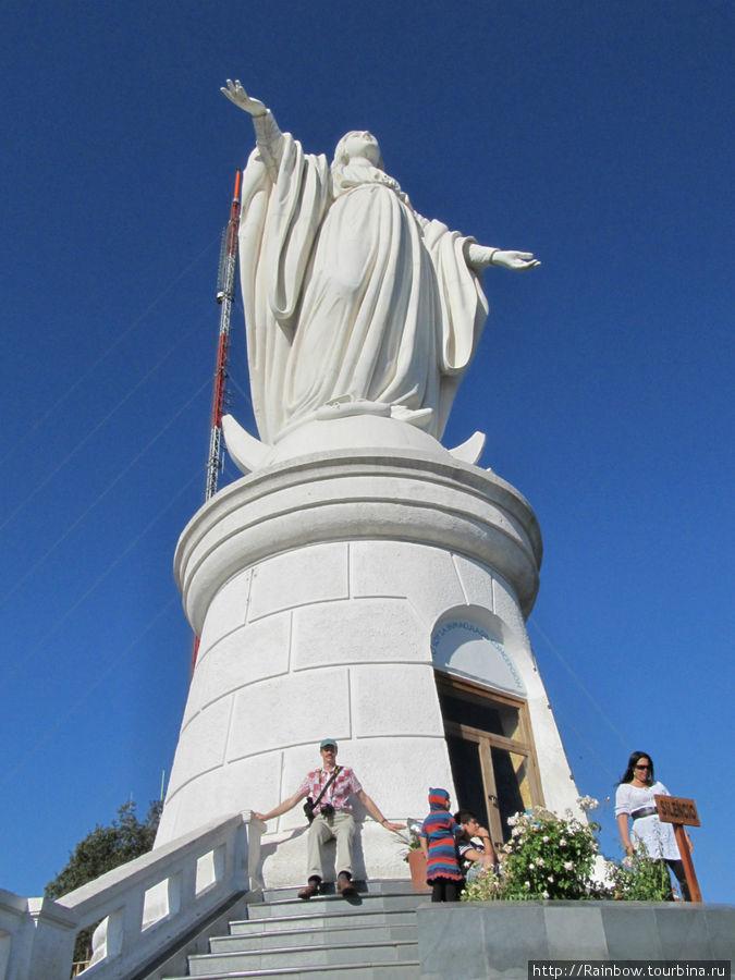 Статуя   Девы  Марии вблизи