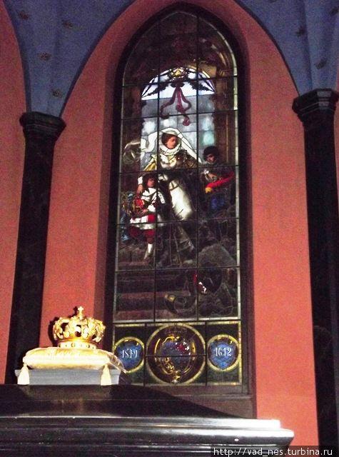 Витраж «Каарина Монсдоттер с сыновьями» в кафедральном соборе Турку
