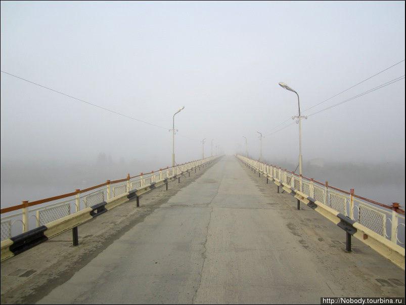 Мост через Колыму. Другого конца не видно. И ведь это ещё очень слабый туман! Как разъехаться двум машинам? Говорят, раньше на мосту был светофор. Потом его убрали — решили, что содержать регулировщиц слишком дорого. И теперь, когда на мосту встречается две машины, одной из них приходится сдавать назад — и в дождь, и в туман, и в гололёд...