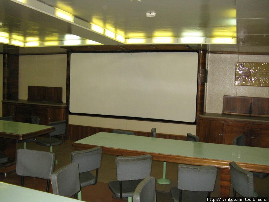 Столовая одновременно служила и кинотеатром, поэтому стулья за столами вращающиеся.