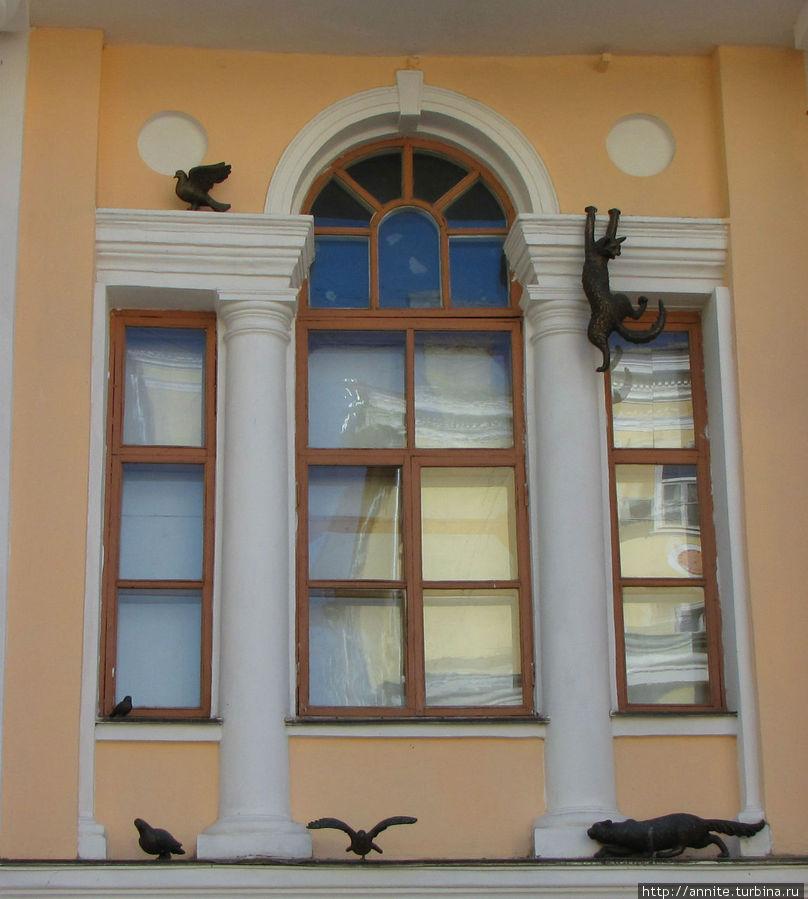 Коты охотятся на голубями на карнизе Учебного театра.