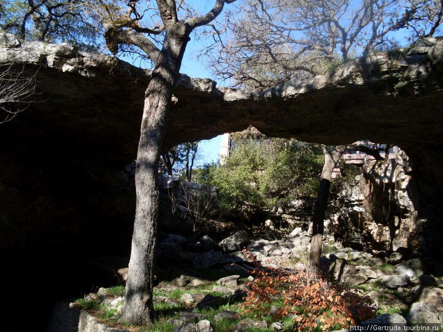 Над входом вот такой природный мост, он и дал название комплексу каверн.