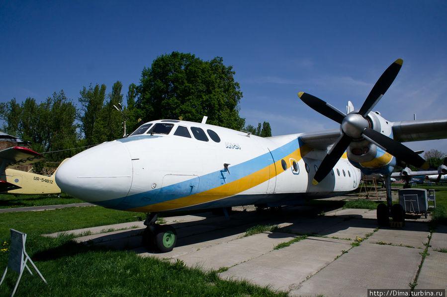 А это АН-24. Я летал на таком из Петербурга в Ижевск. Страшно было, но интересно!