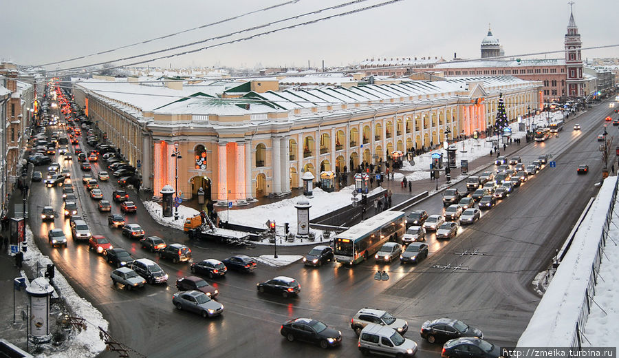 По центру — Гостиный двор и перекресток Невского с Садовой