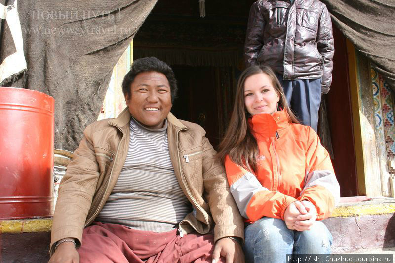 в монастыре Тирапури с настоятелем монастыря