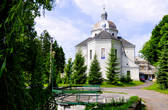 Монастырь расположен на значительной по площади территории в глубокой уютной лощине, поросшей густым лесом, и состоит из трех частей: церкви, дома келий и колокольни.