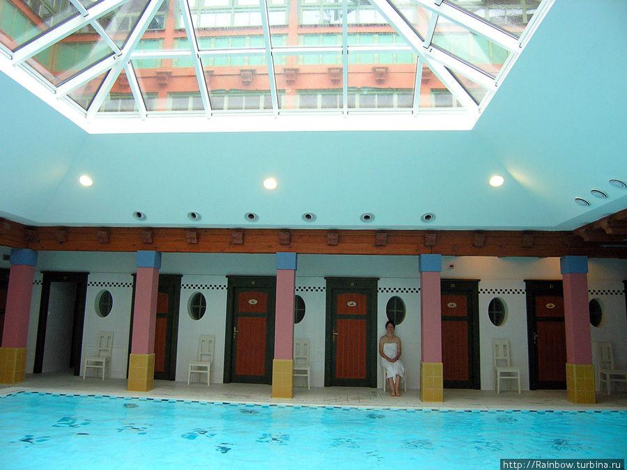 Через крышу бассейна видно верхние этажи.