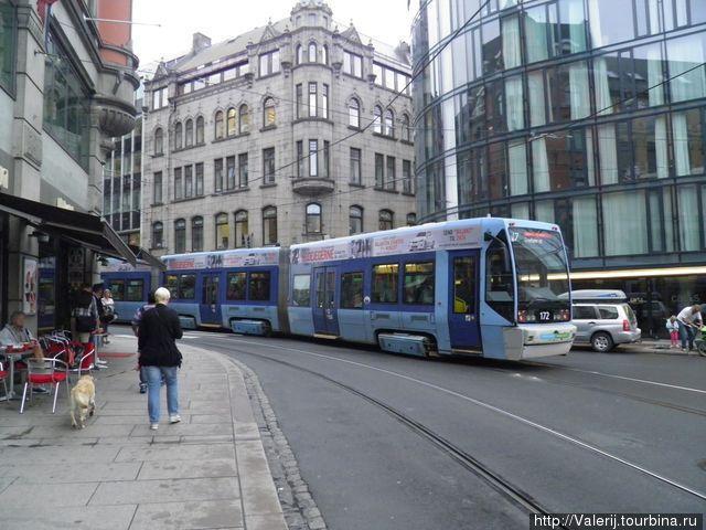 Современные, ну очень длинные, трамваи.