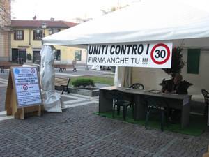 Этот товарищ недоволен, что в центре города ограничение скорости 30 км/час, и призывает всех бороться с этим ограничением, подписывать какие-то петиции