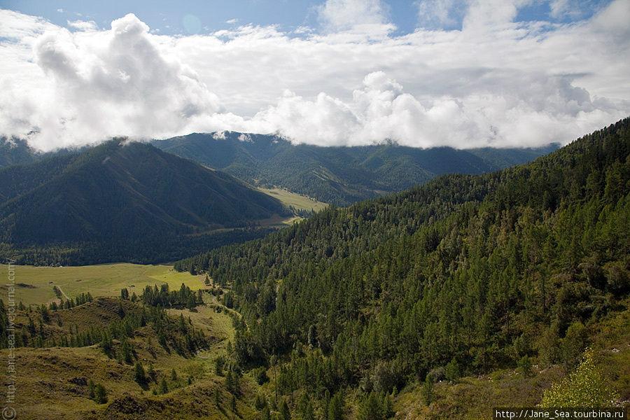 С перевала Чике-Таман виден старый Чуйский тракт.