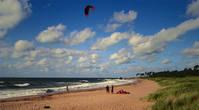 Лиепая — город, где почти всегда дует ветер. Пляж самый широкий во всей Балтии, песок самый мелкий из всех виденных. Господствуют ЮЗ ветры, но кататься можно в ветровом диапазоне от Ю до З. А если ветер дует с востока, то есть еще и Лиепайское озеро. Самое непредсказуемое место прячется у северного мола возле фортов, где периодически бывают идеальные волны не только для мастеров кайтсерфинга, но и для серфингистов. Это место, правда, рассчитано только на экспертов, и здесь действует железный закон — соблюдать очередь и помнить, что серферы, вопреки всем правилам, привилегиями не пользуются, так как северный мол, называемый в народе Palmbeach, предназначен для катания по волнам и на змеях.