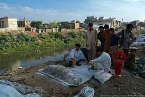 Здесь так же грязно, как и в Кабуле. Местные жители сбрасывают все свои отходы реку.