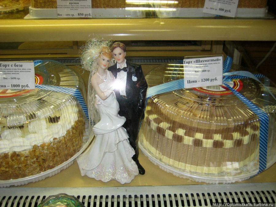 Продаётся много тортов.