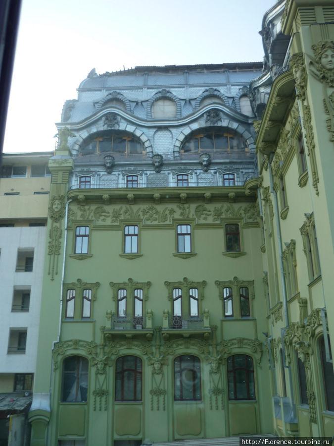 Вид из окна на реставрирующееся здание