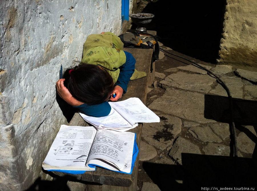 По дороге встречали очень много школ, так что все местные жители очень образованные. Вот девочка например учит английский язык у себя на крыльце)