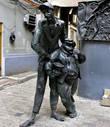 Установлен первый памятник из знаменитой скульптурной композиции Александра Рукавишникова — фигуры Коровьева и Кота Бегемота теперь стоят у входа в Булгаковский Дом;