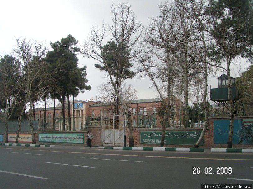 Вид на периметр посольства