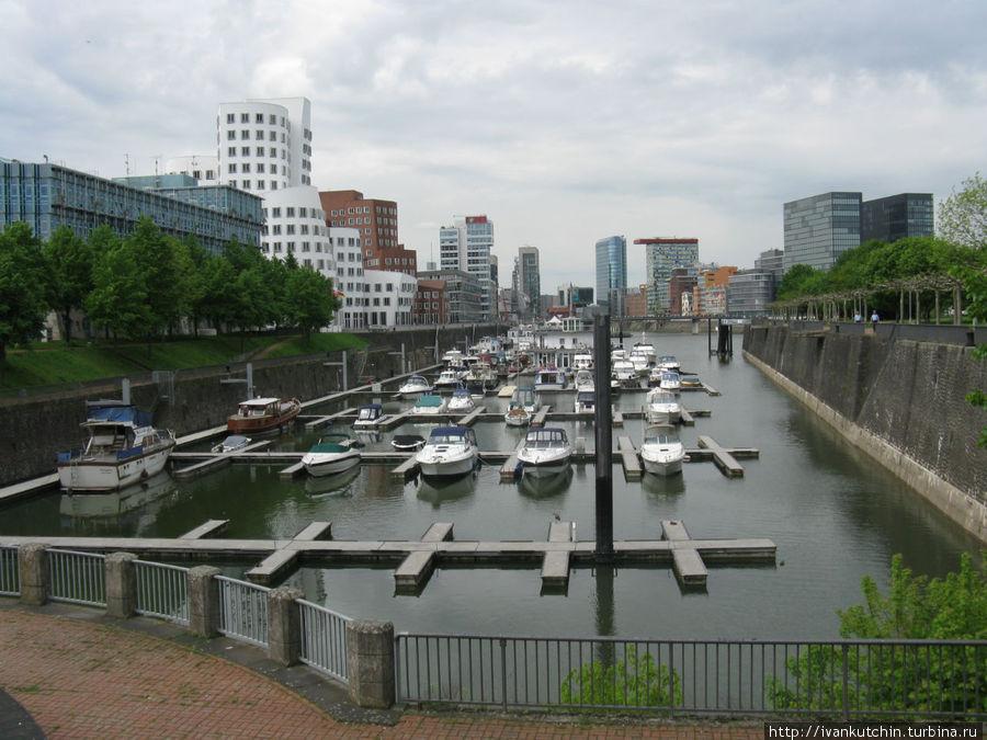 Кроме интересной архитектуры, гавань используется и по своему прямому назначению