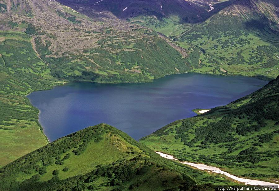 Озеро Медвежье. Вид сверху с юго-восточной стороны. На дальнем склоне короткий лавовый вынос с Ново-Бакенинга.