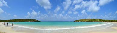 Вид залива Кабо Рохо с центральной точки пляжа. Вода нежно-бирюзовая, песочек мелкий и тёплый — что ещё нужно для счастья?.. Только окунуться ещё разочек..., а потом ещё раз...