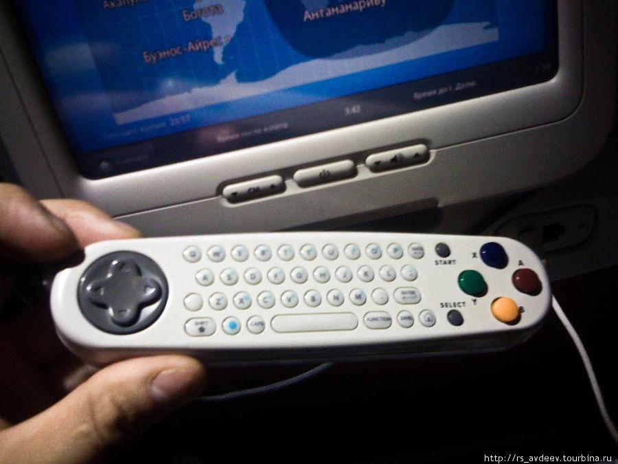 В спинке каждого кресла был встроен дисплей с множеством функций. Можно было посмотреть информацию о полете, посмотреть фильмы, ТВ-шоу и поиграть в компьютерные игры (обратная сторона пульта специально заточена под игры).