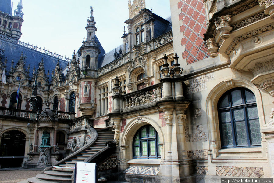 Внутренний дворик с памятником создателю ликера Бенедиктин Александру Леграну.