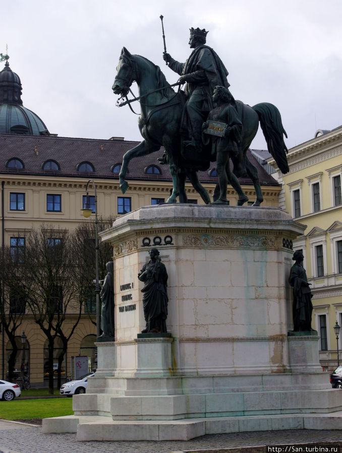Памятник императору Леопольду недалеко от Одеонсплац.