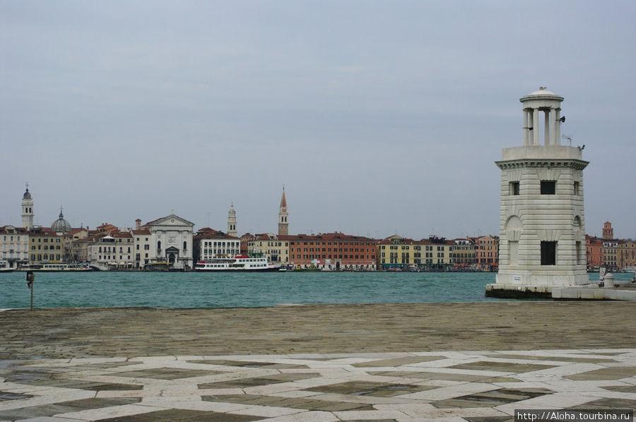На той стороне — белая церковь рыжего священника Вивальди.