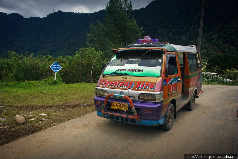 Самый популярный транспорт на Суматре — небольшие микроавтобусы-маршрутки. Вид снаружи: