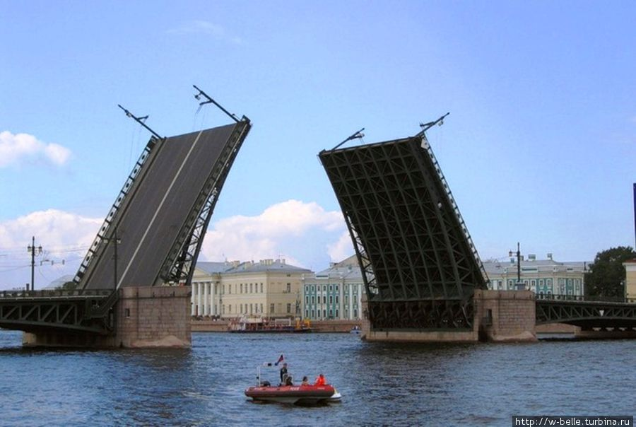 Разводка Дворцового моста.