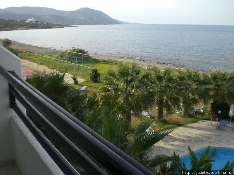 вид с балкона номера в другую сторону,  на Акамас.