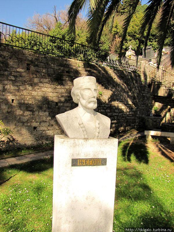 Памятник королю Петру Петровичу Негошу. Монастырь Савина.