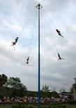 Акробаты спускаются вращаясь вокруг столба