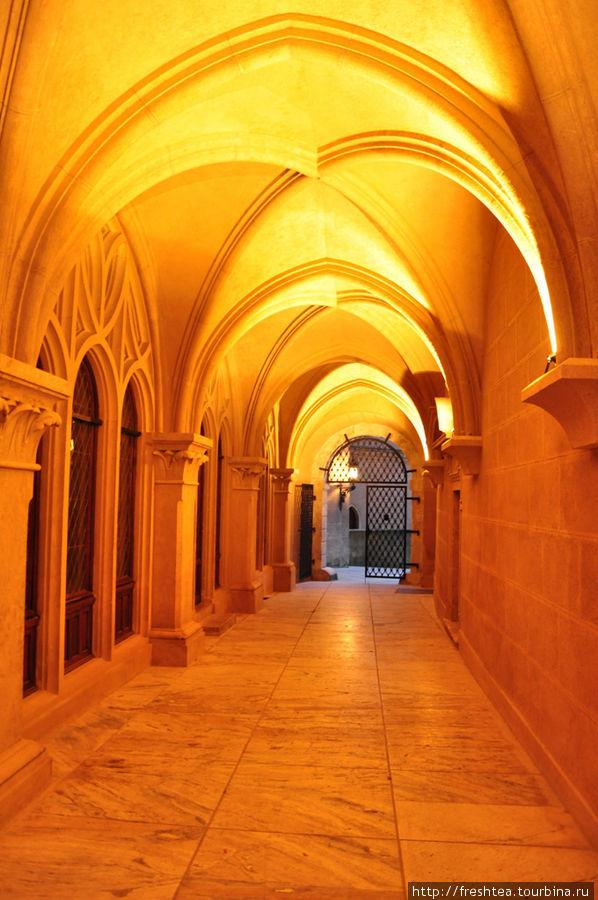 В коридорах замка — чарующий ритм готических сводов.