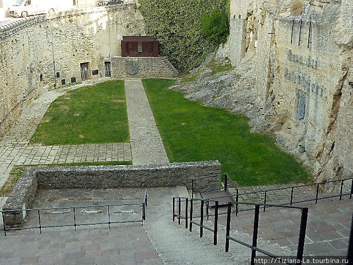 Древний амфитеатр и внизу помост для мишеней, это тир