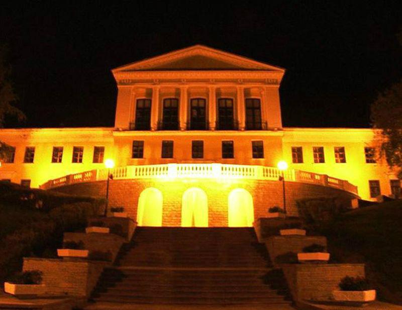 Ночная подсветка превращает здание во дворец!