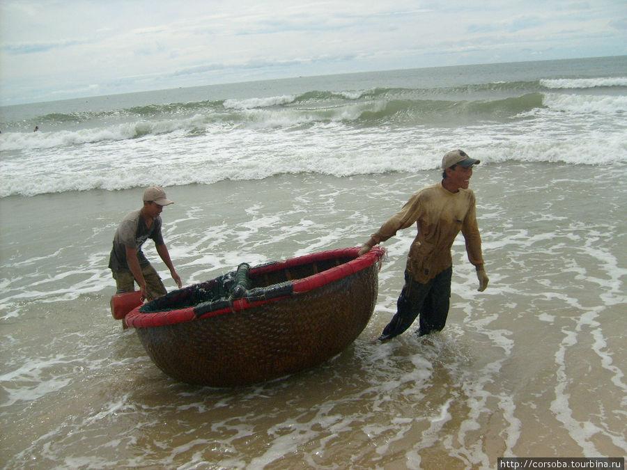 Ребята- рыбаки очень ловко управляются с одним веслом. Как-то сеть тянули все обитатели пляжа вне зависимости от возраста и нации. Было очень весело и радостно!